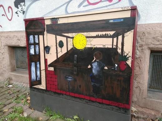 Ein künstlerisch bemalter Stromkasten in der Blumenstraße.