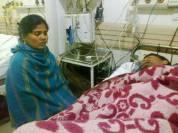 अस्पताल में भर्ती समीचन्द के साथ पत्नी सान्जा