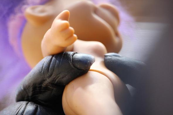 web_Foxie_hold_troll_close_up_fingers_jb_IMG_4811