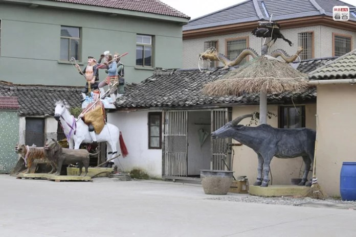 A 63-year-old man in Zhejiang created with mud a serie of sculptures to decorate his farm