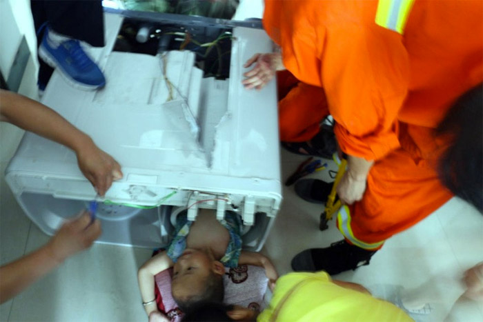 Chinese kid gets stuck in washing machine, images