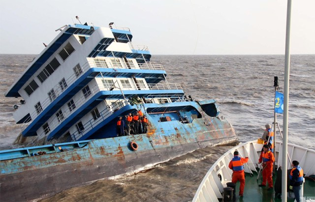 Spectacular images of a freighter crew rescued - Chinese freighter crew rescued