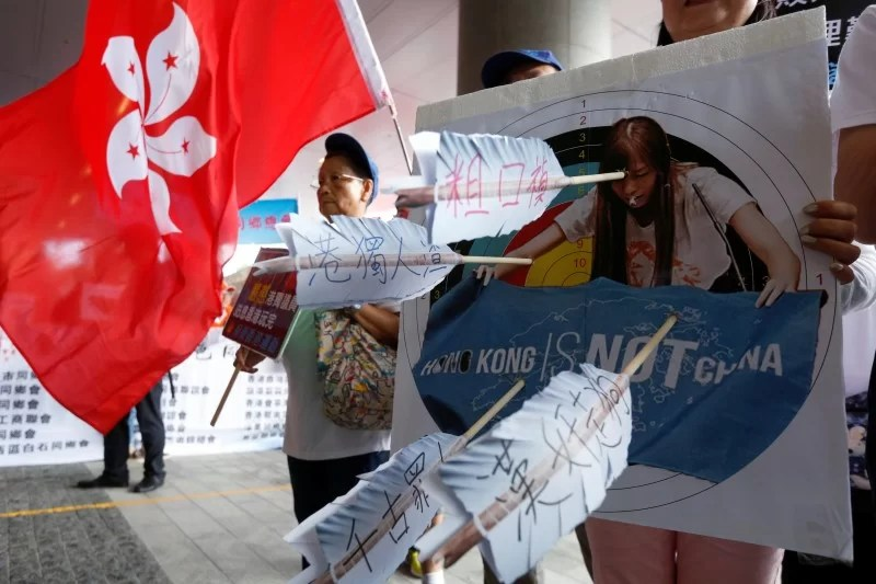 A pro-China protester carries a printout depicting legislator-elect Yau Wai-ching as traitor during a demonstration outside the Legislative Council in Hong Kong, China October 26, 2016.  REUTERS/Bobby Yip