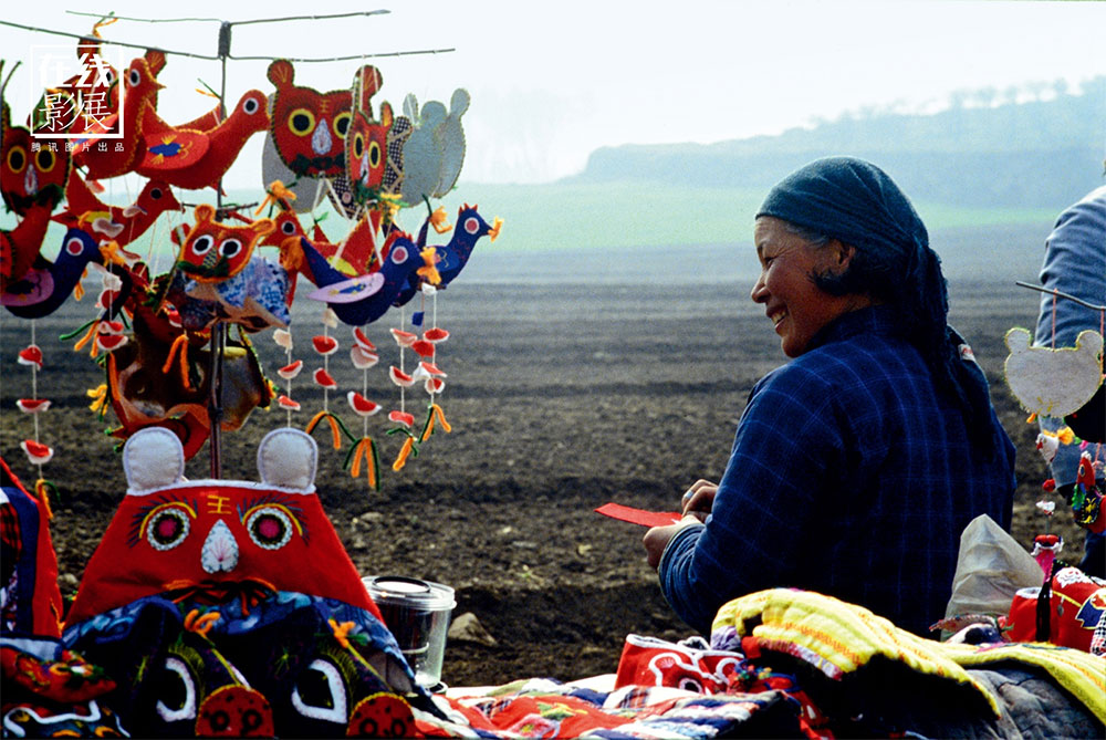 1980s. During the years of the Cultural Revolution, important archaeological finds in the area of Xi'an were made. A souvenir seller in front of the Mausoleum.
