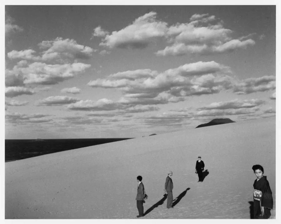 妻子在的沙丘风景,1950 - Scenery of the dune with my wife (1950), Image ©Shoji Ueda Office