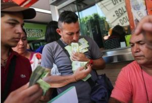 委内瑞拉货币黑市价跌破1万玻利瓦尔