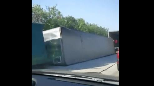 一辆集装箱货车在公路上翻侧(视频)