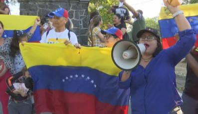 百名委内瑞拉人在巴拿马举行集会  为该国和平祈祷
