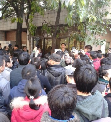 Liu Yuandong (刘远东) gave a speech outside Southern Weekend building in January, 2013.