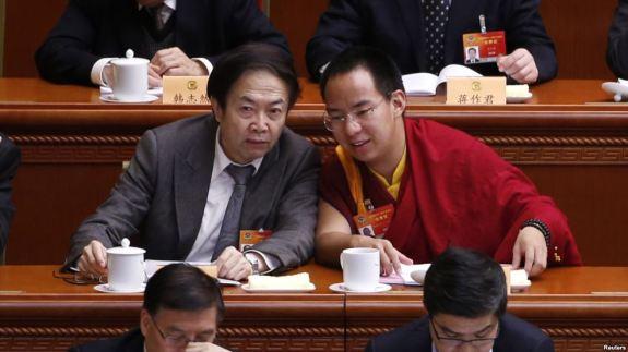 资料图片-2015年3月11日,坚赞诺布(右),中国政府指定的第十一世班禅喇嘛参加两会。