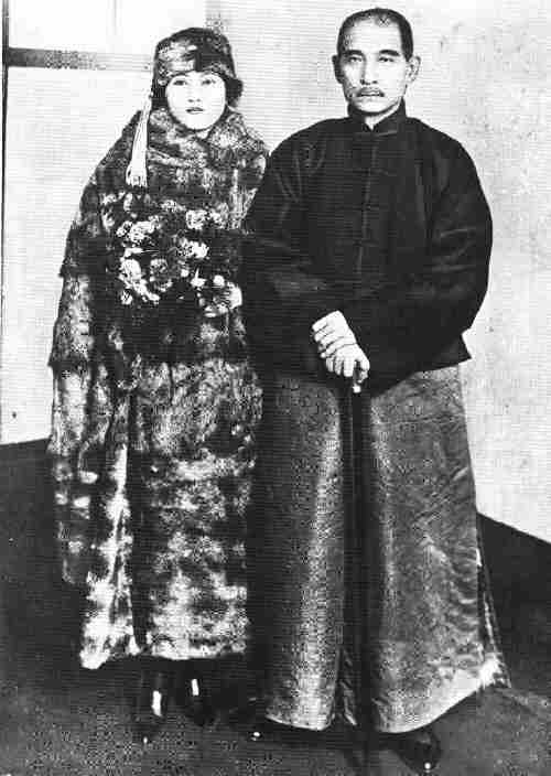 Sun_Yat-sen_and_Sung_Qing-ling_1911
