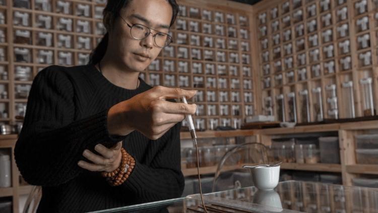梁千里在实验室中提炼香 摄影Yang Xiaozhe