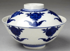 Lidded blue and white porcelain tea bowl [circa 1662-1772]