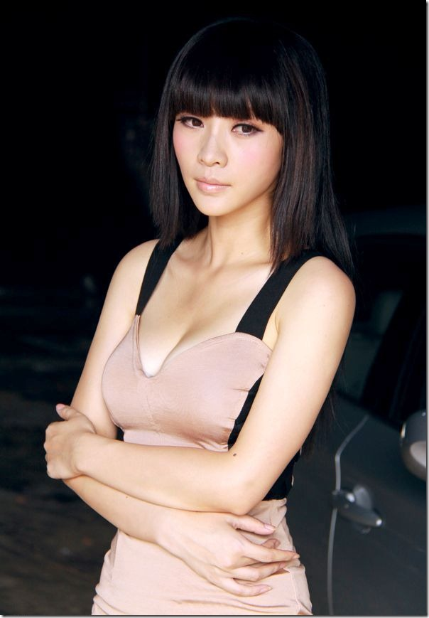 Sexy-female-anchor-Ada-Liu-Yan-became-glamorous-and-sexy-car-model-10_thumb