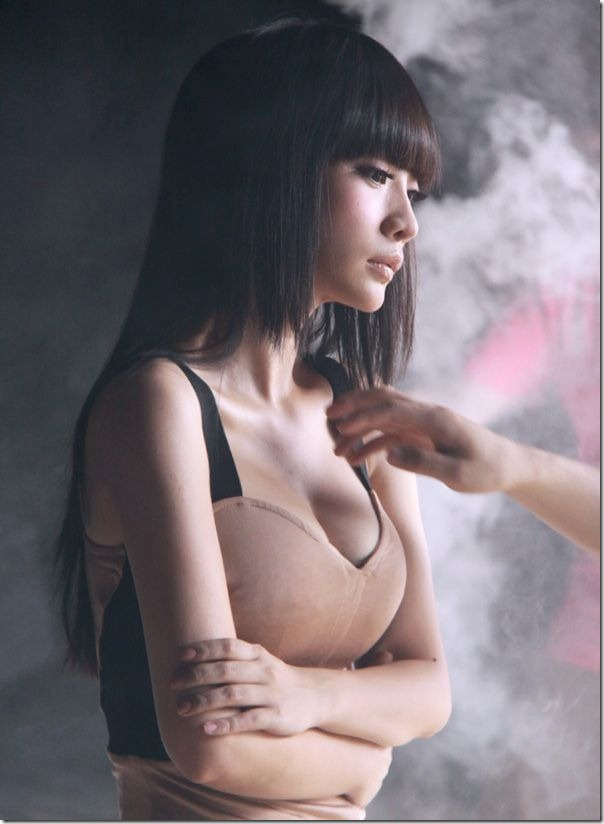 Sexy-female-anchor-Ada-Liu-Yan-became-glamorous-and-sexy-car-model-7_thumb
