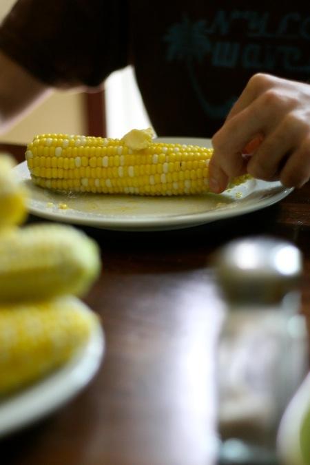 Eating_sweet_corn
