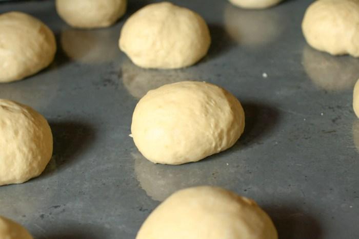 bolitas de pan sobre bandeja de metal