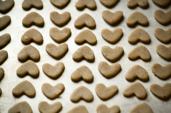 proceso de estirar la masa y cortar en forma de corazones