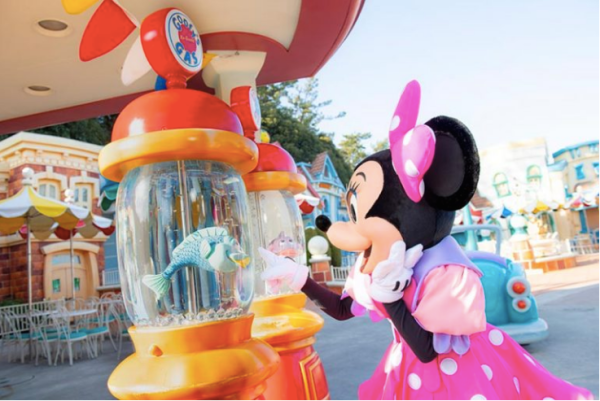 Minnie Mouse's Day Out with Daisy Duck at Tokyo Disneyland! 1