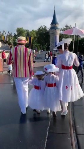 Mary Poppins and Bert Take a Stroll With Fans Dressed as Mary Poppins in Disney World 4
