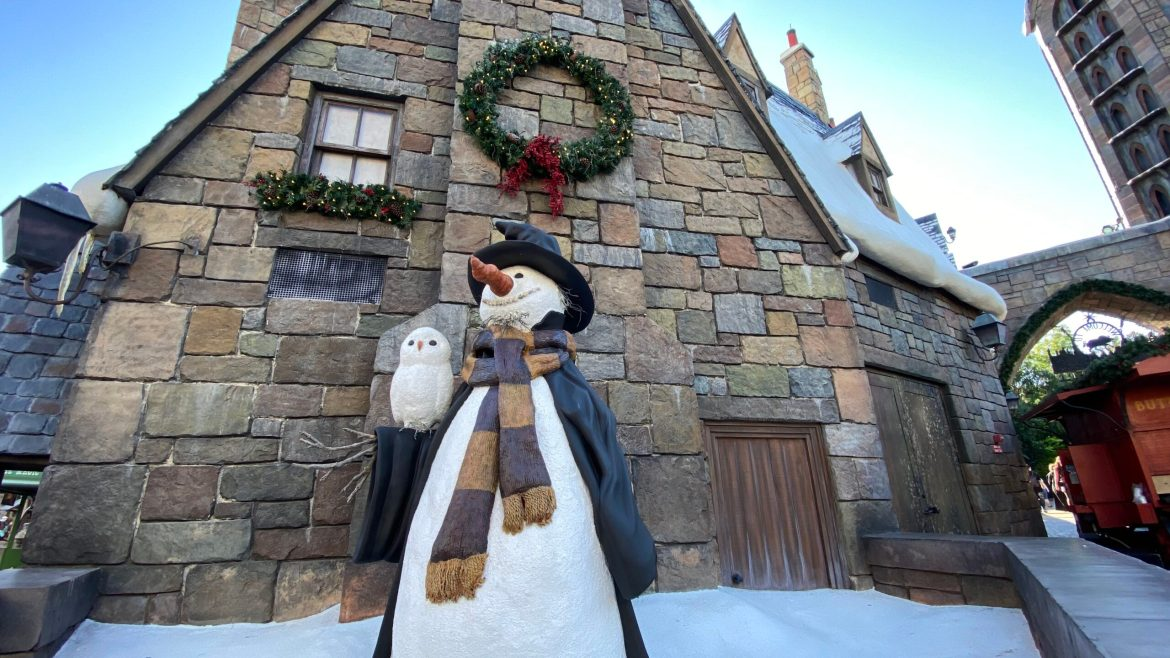 Christmas has come to Hogsmeade in Universal Orlando