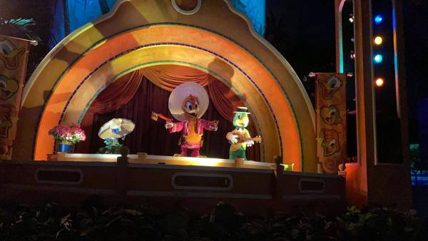 donald duck replaced by a plant in the gran fiesta tour