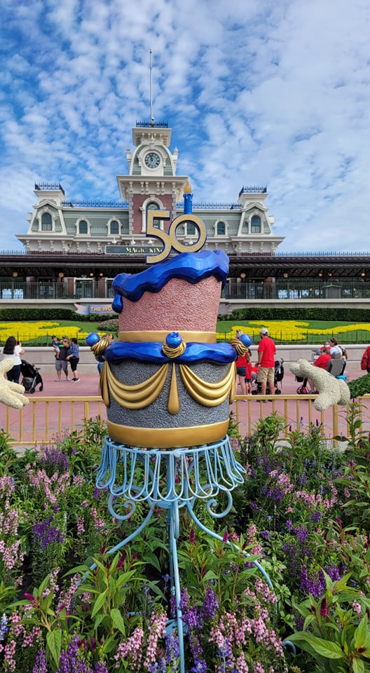 Mickey and Minnie Topiaries Celebrate the 50th Anniversary with a super cute display 2