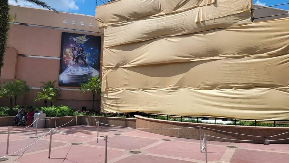 Scaffolding covers guitar ourside of Rock n Roller Coaster 2