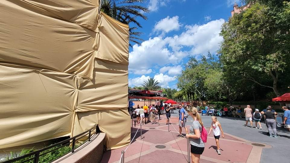 Scaffolding covers guitar ourside of Rock n Roller Coaster 5