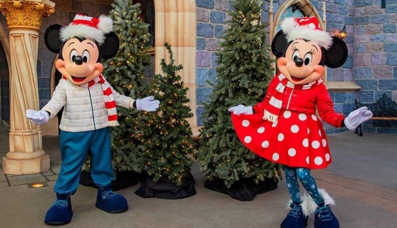 First look at Mickey & Minnie in new Holiday Outfits coming to Disneyland 2