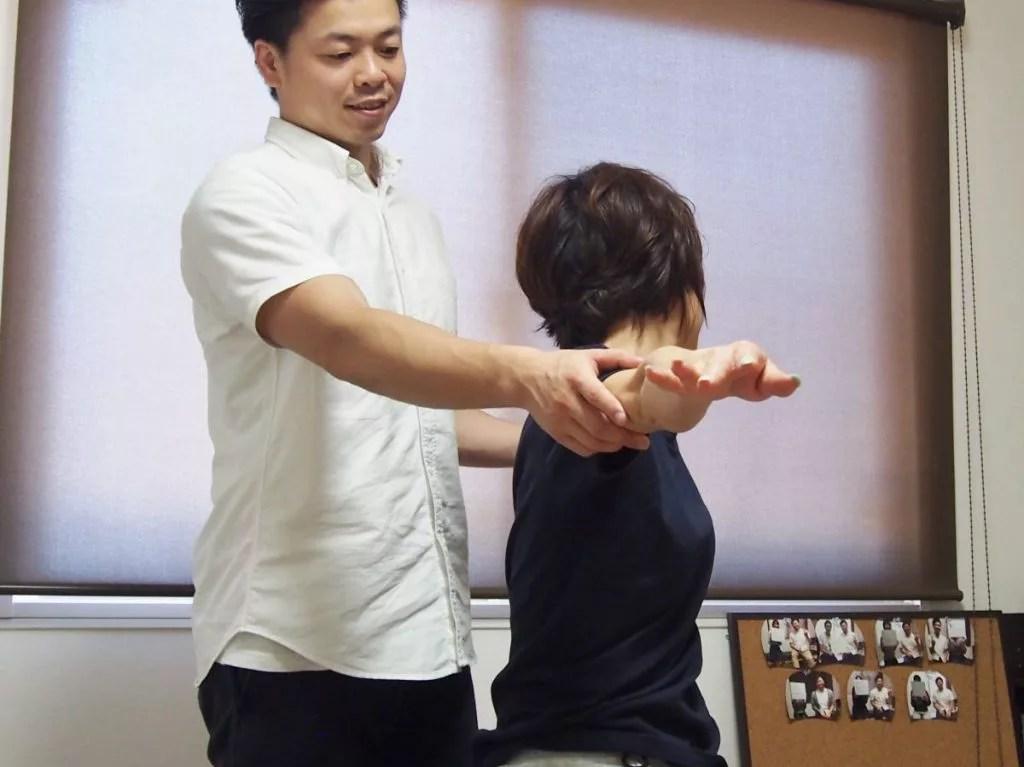 背骨の動きを検査する