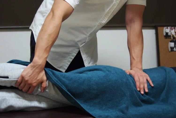 腰や骨盤の調整を行う