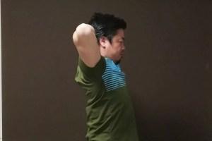 腕を開きながら肩を動かす