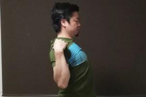 肘を下に下げるように肩を動かす