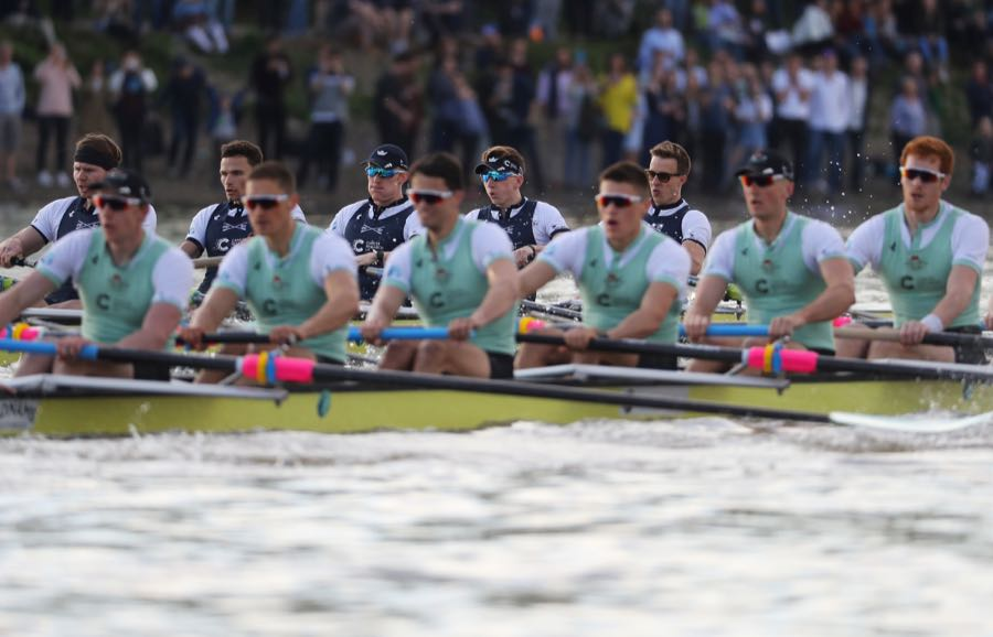 LONDON, ENGLAND - APRIL 02: The Oxford men's crew (L) lead the The Cambrdige men's crew (R) during The Cancer Research UK Boat Race on April 2, 2017 in London, England. (Photo by Warren Little/Getty Images)