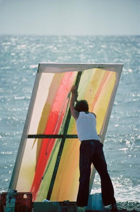 Hoare painting in the beach - vertical