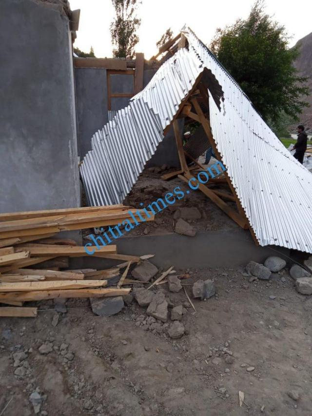 strom wind distryied a house upper chitral3