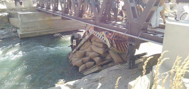 خستہ حال پل ٹوٹنے سے گرم چشمہ کا پورے ملک سے رابطہ منقطع