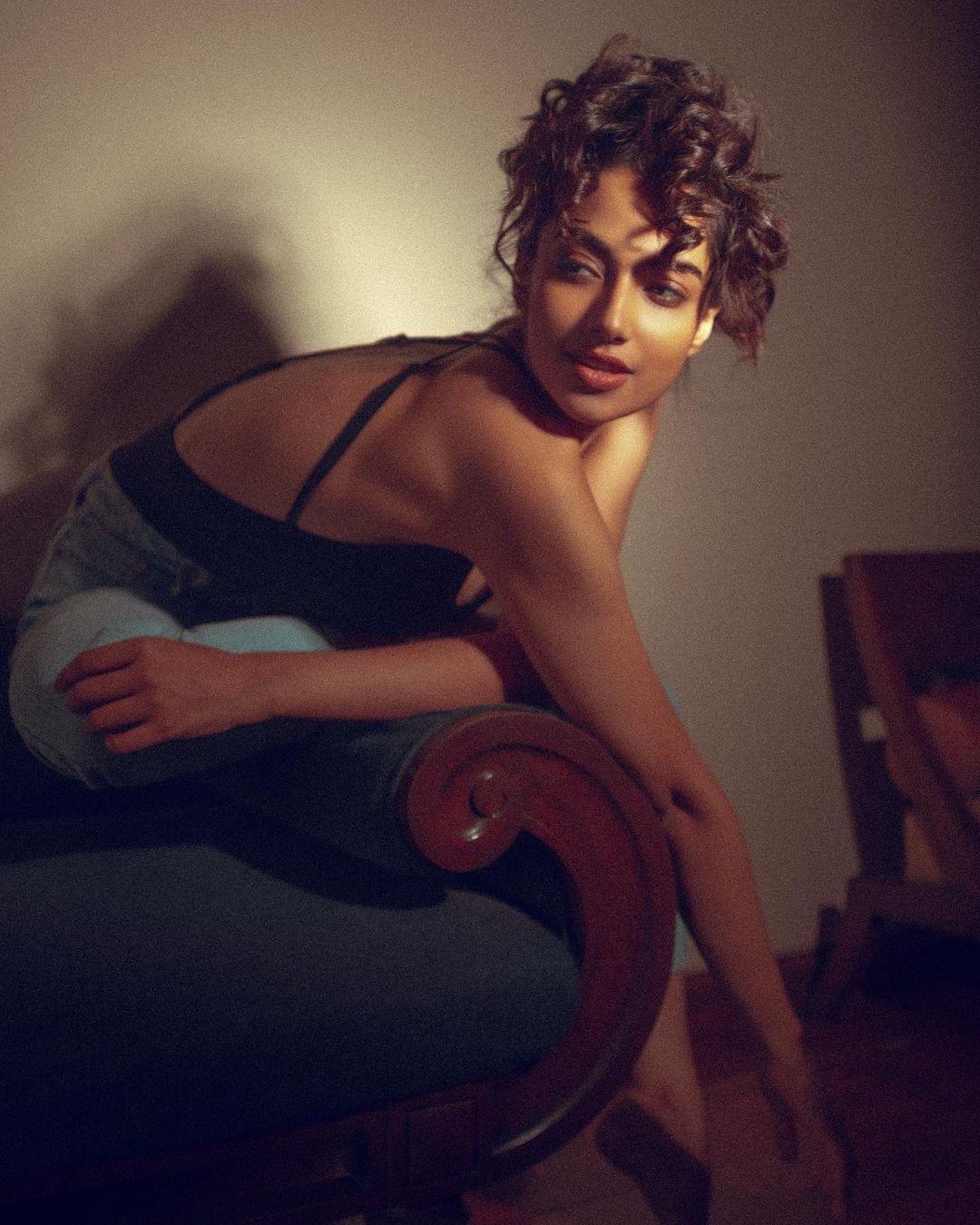 Meenakshii Chaudhary hot photo shoot and navel photos