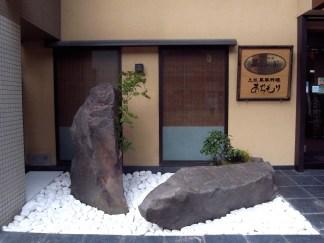白玉石の敷設 Paving white stones