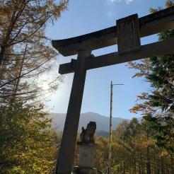 日没手前の太陽と御嶽山とある鳥居のある霊峰ラインの神々しい風景