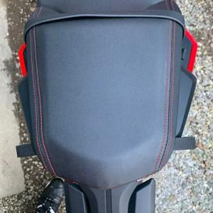 リアシートにバッグ固定ベルト2本付きのCBR650R