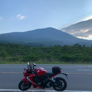 誰もいない浅間六里ヶ原休憩所にて浅間山を望む with CBR650R
