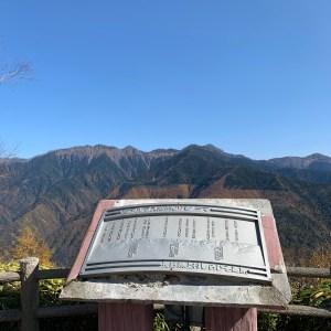 しらびそ高原の見晴らし台の南アルプスパノラマのモニュメント