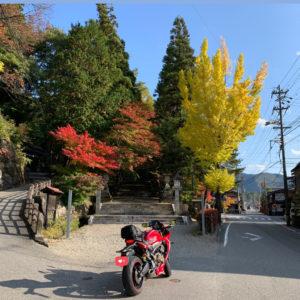 高山市街の秋の色どりのある神社入口にてwith CBR650R