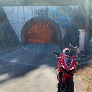 西秩父桃湖沿いのトンネルにてwith CBR650R②