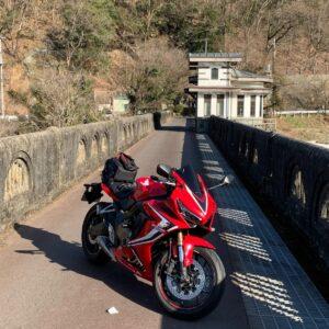 レトロな雰囲気の間瀬ダム上にてwith CBR650R