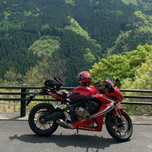 奥秩父もみじ湖を高台から眺める滝ノ沢望郷広場の新緑とCBR650R