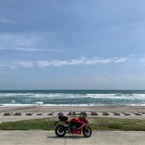 碧い海が広がる小島町海岸にてwith CBR650R