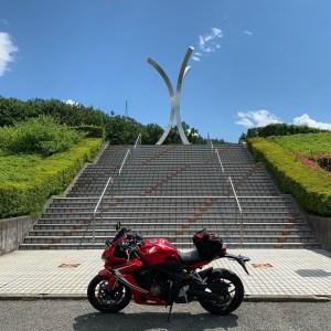 山梨県笛吹市みさか桃源郷公園のシンボルにてwith CBR650R
